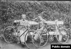 Лявон Дубейкаўскі (сядзіць справа) з сябрам падчас адпачынку ад паездкі на ровары. 1914 г.