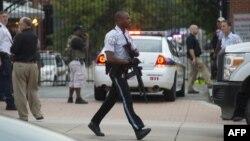 Қарулы шабуыл жасалған верфь аумағында жүрген полиция. Вашингтон, АҚШ. 16 қыркүйек 2013 жыл.