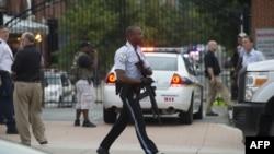 Полиция реагирует на сообщение о стрельбе на территории адмиралтейства в Вашингтоне, 16 сентября 2013 года.