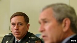 General David Petraeus (left) and U.S. President George W. Bush