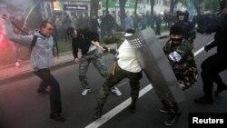 Пророссийские активисты бьют участников акции в поддержку единой Украины. Донецк, 28 апреля 2014 года.