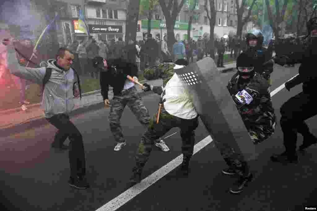 Pro-Russia (right) and pro-Ukraine supporters clash during a pro-Ukrainian rally in Donetsk on April 28. (Reuters/Baz Ratner)