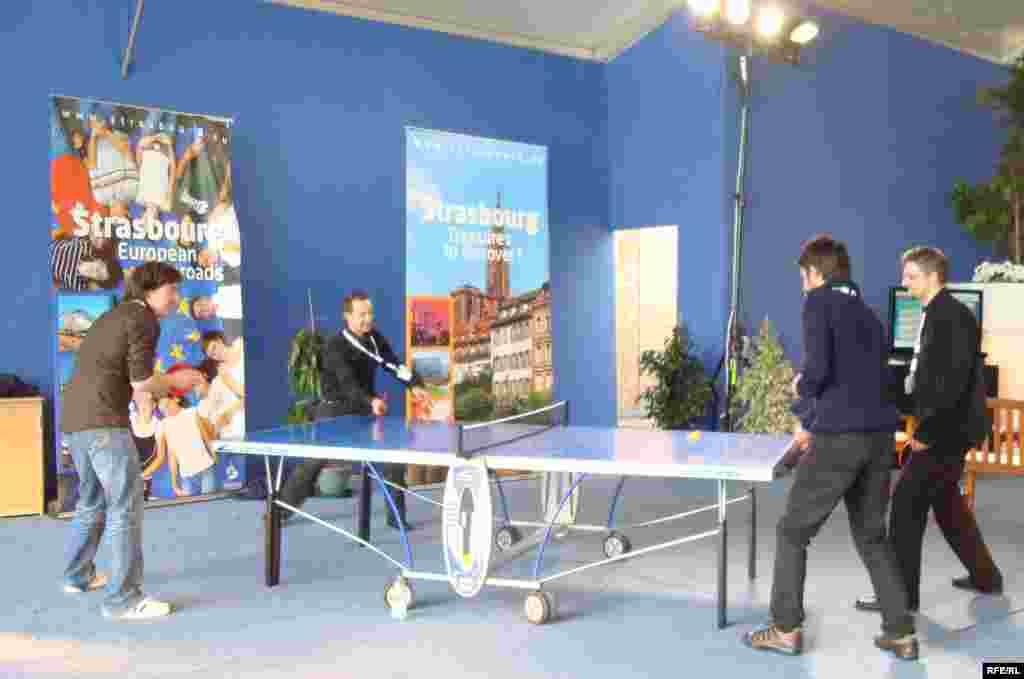 Үзіліс кезінде журналистер теннис ойнап, демалды. Страсбург, 3 сәуір 2009 жыл. - Журналисты играют в настольный теннис во время освещения саммита НАТО в Страсбурге. 3 апреля 2009 года.