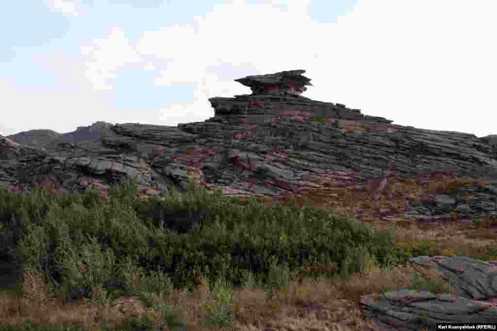 Местные жители называют эту скалу мошкарой.