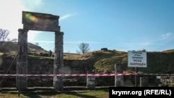 «Проход запрещен»: Пантикапей под угрозой обрушения (фоторепортаж)