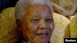 Оңтүстік Африка Республикасының бұрынғы президенті Нельсон Мандела үйінде отыр. ОАР, 6 тамыз 2012 жыл.
