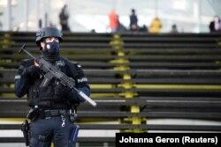 پولیس بلجیم در عقب محکمهی دیپلومات ایرانی که طراح حمله بمبگذاری پاریس شناخته شده است