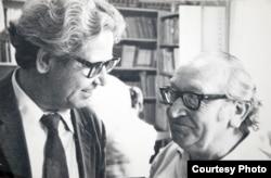 Два бывших узника Эбензее - Илья Назаров (слева) и Ханс Шпиккер (из Берлина) в читальном зале Алматинского института иностранных языков. 1973 год. Фото из архива автора.