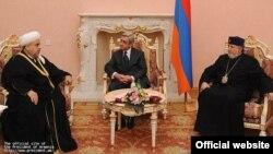 Встреча президента Армении Сержа Саргсяна (в центре) с председателем управления мусульман Кавказа Шейх-уль-исламом Аллахшукюром Пашазаде (слева) и Католикосом всех армян Гарегином Вторым, Ереван, 28 ноября 2011 г.