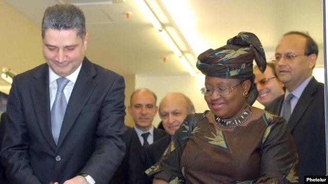 Armenia -- Prime Minister Tigran Sarkisian (L) and World Bank Managing Director Ngozi Okonjo-Iweala inaugurate the bank's new Yerevan office on October 17, 2009.