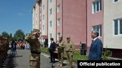 Официальная церемонии вручения ключей от квартир военнослужащим в городе Оше.