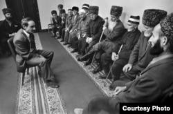 Будущий президент Джохар Дудаев встречается со старейшинами, 1991