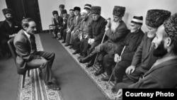 Джохар Дудаев пытается заручиться поддержкой старейшин.
