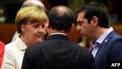 Գերմանիայի կանցլեր Անգելա Մերկելը, Ֆրանսիայի նախագահ Ֆրանսուա Օլանդը և Հունաստանի վարչապետ Ալեքսիս Ցիպրասը եվրոյի գոտու երկրների առաջնորդների հանդիպումից առաջ, Բրյուսել, 12-ը հուլիսի, 2015թ․