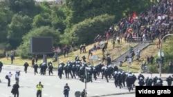 Policia në Hamburg duke u konfrontuar me protestuesit