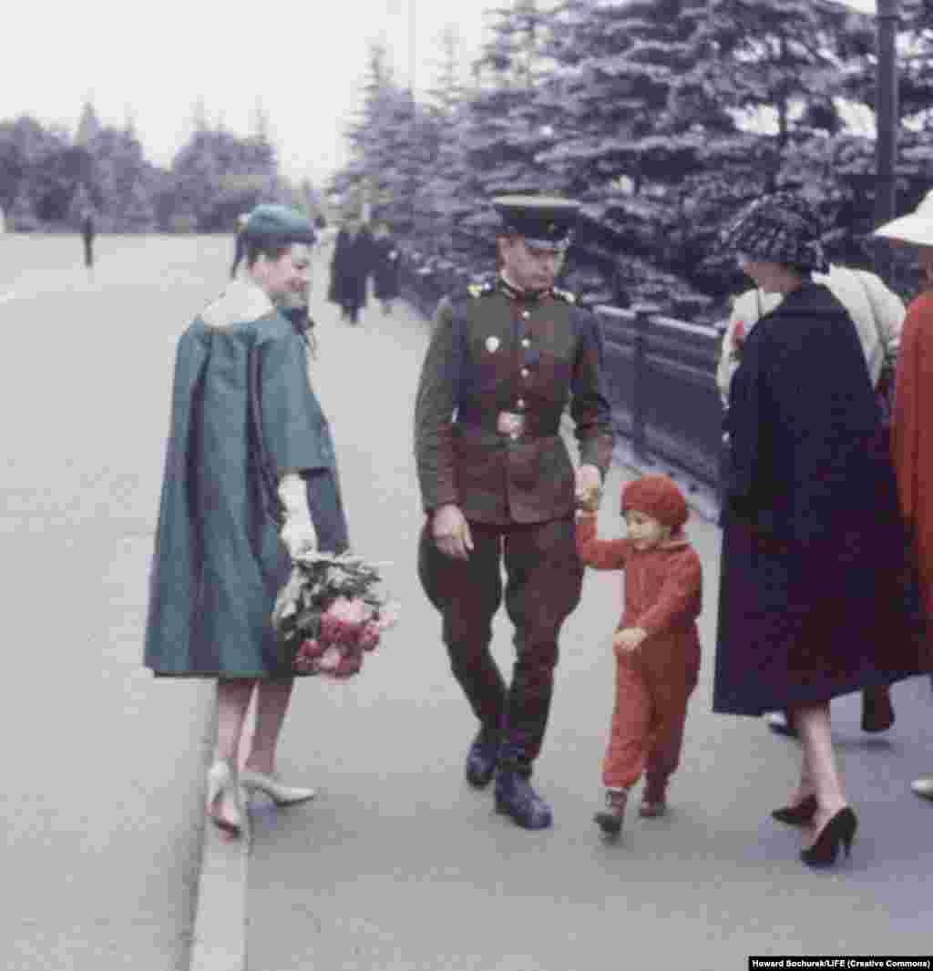 Некоторым в Москве яркость и броскость посетительниц пришлась совсем не по душе. Военнослужащий с ребенком проходит маршевым шагом через строй француженок.