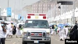 یو امبولانس زخمیان لیږدوي