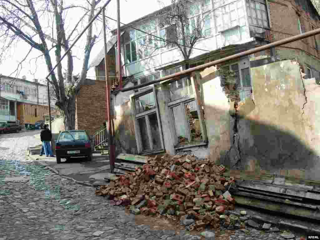 Tatris meydanında uçuq-sökük evlərə hər addımbaşı rast gəlinir