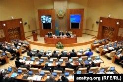 Депутаты мажилиса парламента на заседании палаты.
