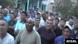 Рабочие компании «СНПС-Актобемунайгаз» проводят забастовку. Жанажол, 17 июня 2010 года.
