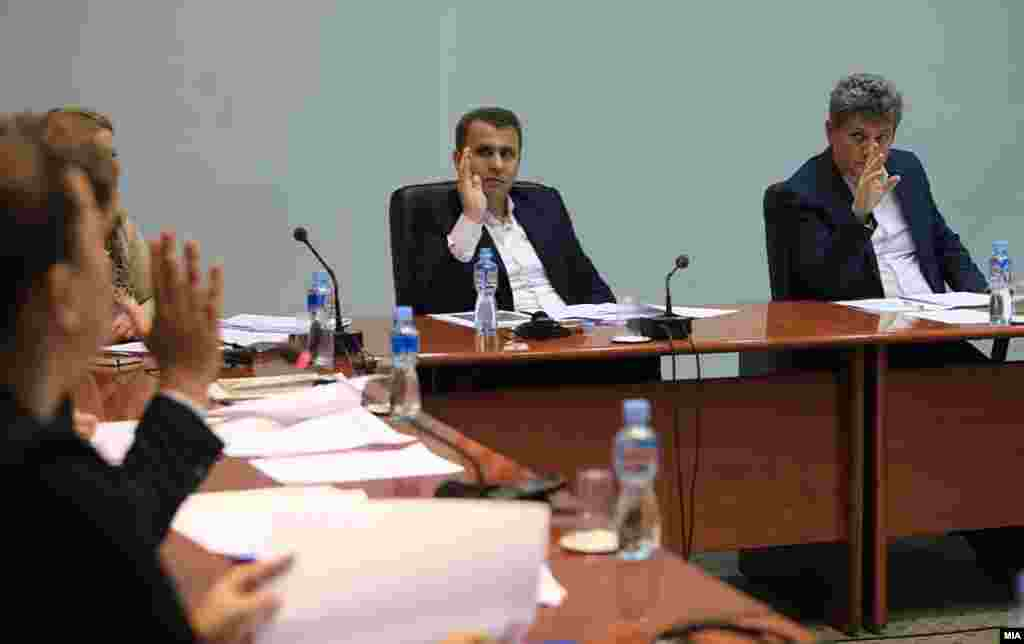 МАКЕДОНИЈА - За две позиции за технички експерти за надзор на следењето на комуникациите се пријавиле седум кандидати. Конкурсот го објави собраниската Комисијата за надзор над спроведување на мерките за следење на комуникациите.