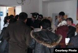 Посетители стоят в ожидании свидания с заключенными в тюрьме ЕЦ166/4. Атбасар, 26 мая 2011 года.