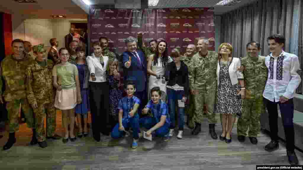 Петро Порошенко і його дружина Марина запросили на сольний концерт Джамали в Києві учасників АТО і дітей з інвалідністю. 24 травня 2016 року