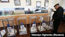 Голосування на одній з дільниць у Києві на місцевих виборах, 25 жовтня 2015 року