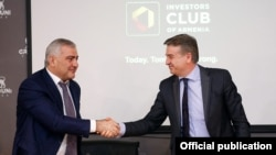 Armenia - Prime Minister Karen Karapetian (R) and Russian-Armenian businessman Samvel Karapetian announce the creation of a Russian-Armenian investment fund in Yerevan, 25Mar2017.