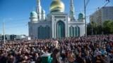 Мусульмане молятся перед Московской соборной мечетью