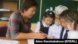 №139 мектеп-гимназия мұғалімі Жанна Кекілқызы бірінші сынып оқушыларымен сөйлесіп отыр. Алматы, 18 қыркүйек 2014 жыл.