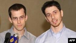 جاشوا فتال (راست) و شان بائر در فرودگاه مسقط