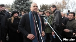 Armenia - Opposition presidential candidate Raffi Hovannisian addresses supporters in Yerevan's Liberty Square, 19Feb2013.