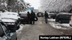Автомобили на одной из улиц Алматы. 20 ноября 2013 года.