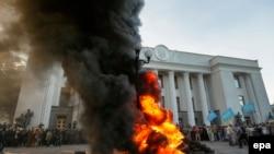 Праворадикальные активисты протестуют против новых законов о будущем Донбасса у здания Верховной Рады. 16 сентября