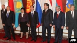 Predsednik belorusije Aleksandar Lukašenko, predsednik Kazahstana Nursultan Nazarbajev, kirgistanska predsednica Roza Otunbajeva, predsednik Rusije Dmitrij Medvedev, predsednik Tadžikistana Imomali Rahmon, jermenski predsednik Serz Sarkisian i generalni sekretar EEU Tair Mansurov u Moskvi, decembar 2014.