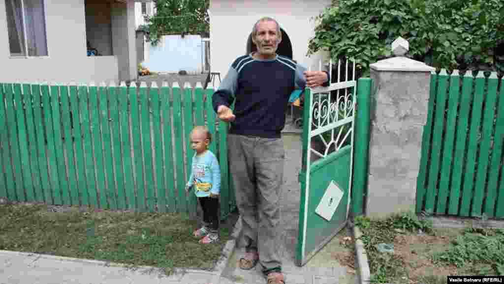 Badea Nicolae cu nepotul Nichita, copilul fetei mai mari, plecate în Rusia la muncă