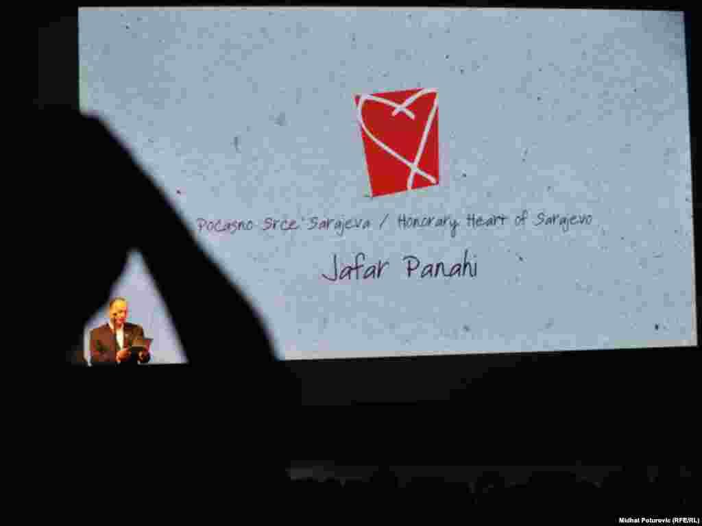 دبیر جشنواره در حال اعلام نام جعفر پناهی به عنوان برنده جایزه افتخاری جشنواره فیلم سارایوو