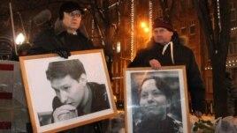Антифашистік акцияда Станислав Маркелов пен Анастасия Бабурованың суреттерін ұстап тұрған адамдар. Мәскеу, 19 қаңтар 2012 жыл.