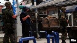 Македониялық полиция жасағы арнайы операция жүріп жатқан ауданда тұр. Куманово, 10 мамыр 2015 жыл.