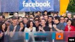 Марк Цукерберг (ортада) Facebook акцияларының Nasdaq қор биржасына түскенін бастап, қоңырау соққан сәті. АҚШ, 18 мамыр 2012 жыл.