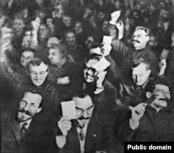 """Большевики голосуют на XV съезде ВКП (б), 1927 год. В этом году был завершен разгром """"левой оппозиции"""" во главе с Троцким. Сталин - справа внизу"""