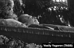 Гроб с телом Иосифа Сталина во время прощания с ним в Москве. Март 1953 года.