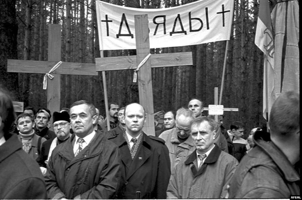 Дзяды ў Курапатах у 2000 годзе. Фота Юрыя Дзядзінкіна.