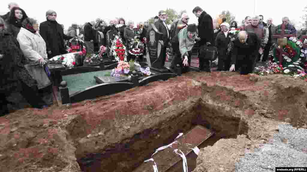 Belarus - funeral of Viktar Ivashkevich, belarusian opposition activist, Minsk, 05Oct2013