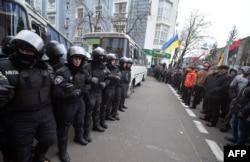 Вооруженные милиционеры преградили путь демонстрантам к зданию правительства в Киеве. 4 декабря 2013 года.