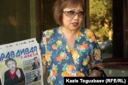 """Розлана Таукина, член редколлегии """"Правдивой газеты"""", номер которой держит в руках."""