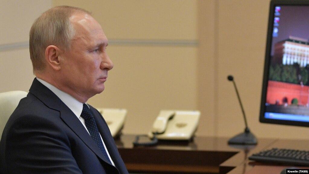 Президент России Владимир Путин во время совещания с главами регионов