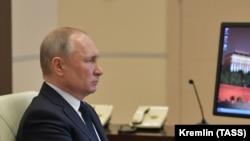 Президент России Владимир Путин во время совещания с главами регионов в формате видеоконференции.
