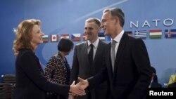 Міністар абароны Чарнагорыі Міліца Пеянавіч і міністар замежных справаў Ігар Лукіч прымаюць віншаваньні ад генэральнага сакратара НАТО Енса Столтэнбэрга.